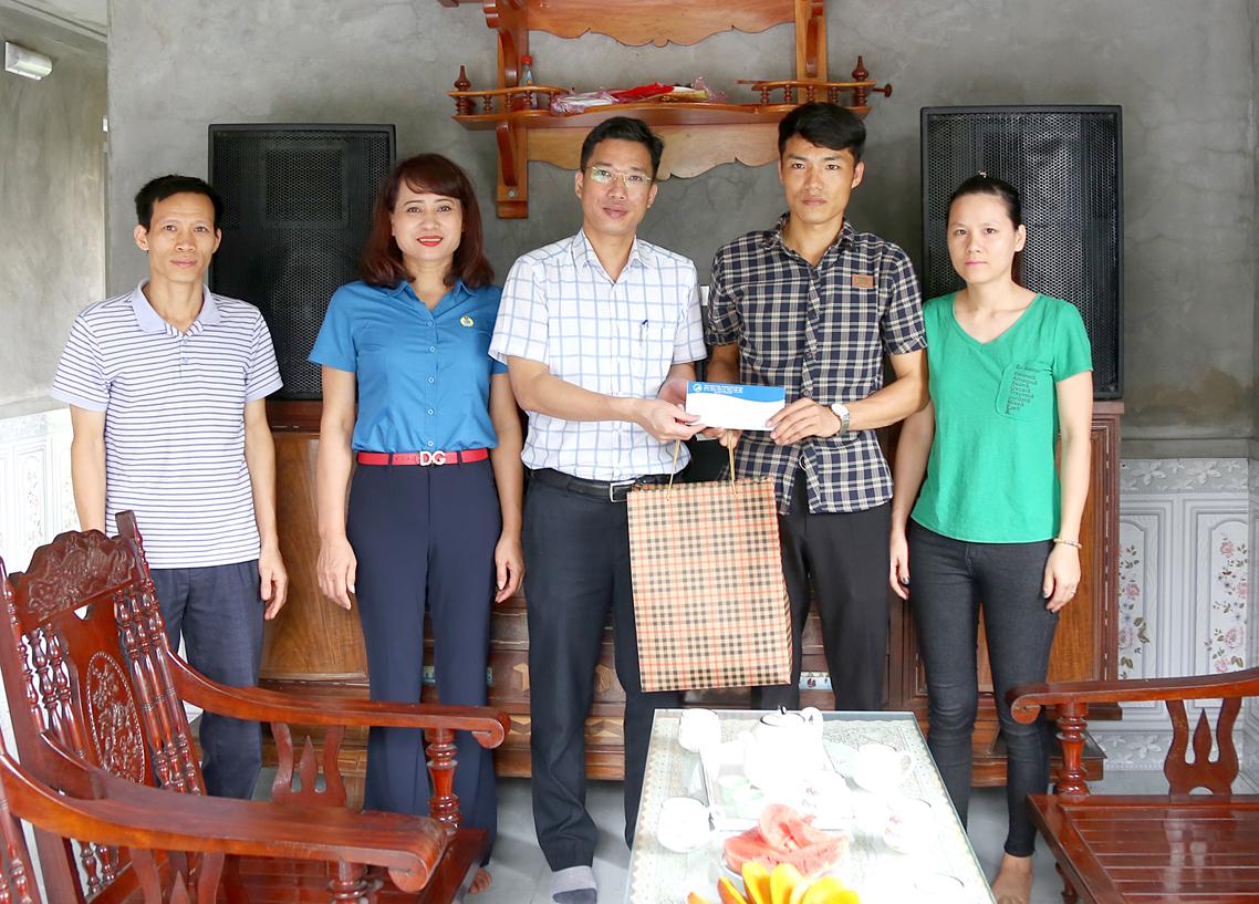 120 suất quà tiếp tục được trao cho gia đình thợ mỏ Nam Mẫu (3)