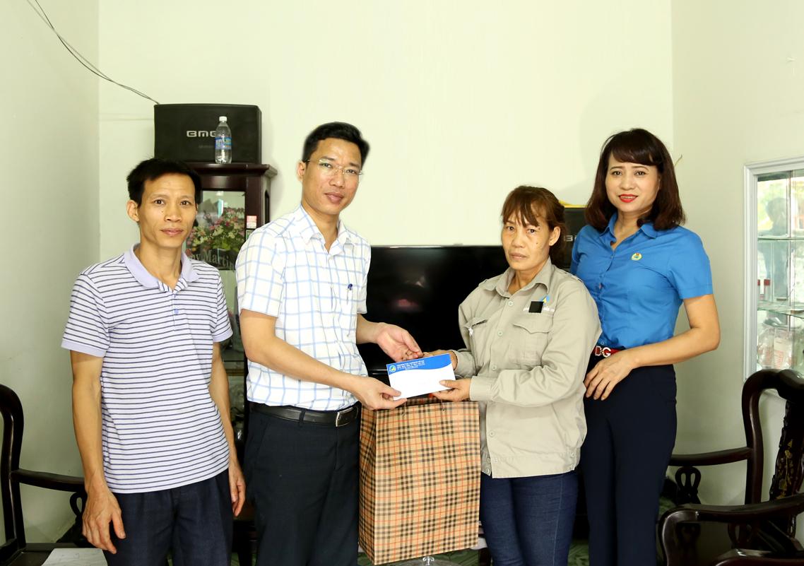 120 suất quà tiếp tục được trao cho gia đình thợ mỏ Nam Mẫu (2)